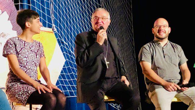 Mesa redonda con el obispo 2